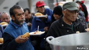 Personas de escasos recursos reciben ayuda en alimentos.