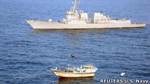 کشتی ماهیگیری ایرانی در کنار ناوشکن آمریکایی