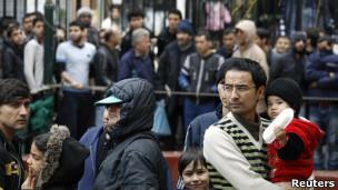 Pessoas fazem fila para receber alimentos em igreja grega