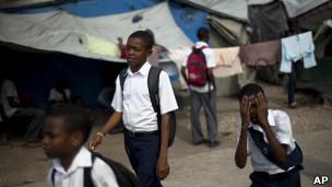 Niños haitianos yendo al colegio
