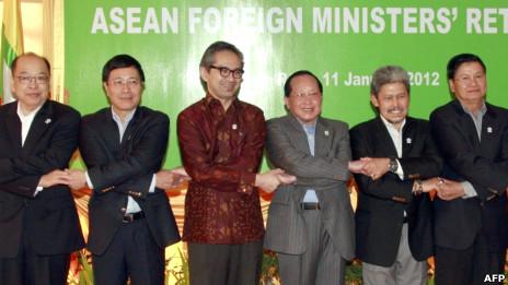Các ngoại trưởng Asean họp tại Siem Reap (Bộ trưởng Phạm Bình Minh thứ hai bên trái)