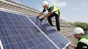 نصب صفحه خورشیدی روی بام