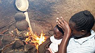 Horno casero en base a quema de madera en un hogar en África