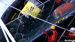 Ativista se aproxima de navio baleeiro (Reuters)