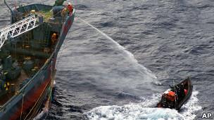 Tripulante de navio japonês usa canhão d'água contra ativistas (AP)