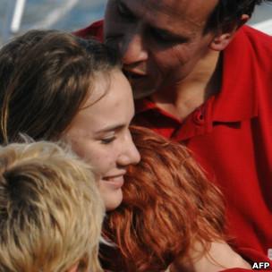 Laura Dekker junto a su familia