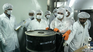 دانشمندان هسته ای ایران در یک مرکز غنی سازی اورانیوم