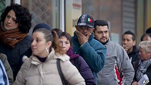 desempleados hacen fila en una oficina en españa