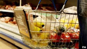 Cesta de supermercado con alimentos