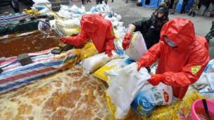 中国武警向河中投放氯化铝,以降低龙江河镉浓度(新华社图片)
