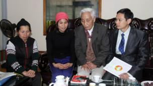 Đoàn giám sát của MTTQ thăm nhà ông Đoàn Văn Vươn