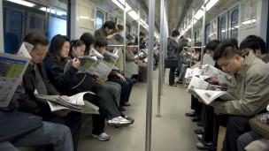 大陆地铁发展的时间不长在某些细节方面和香港地区存在差异