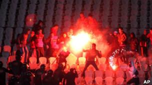 Washabiki wa Port Saidi wakipambana na polisi mwezi Februari