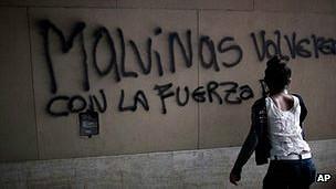 Una mujer pinta un graffiti