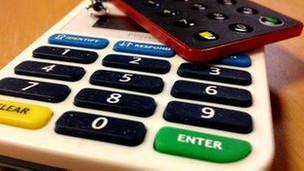 Los dispositivos generadores de claves han reducido el fraude, pero no son infalibles. Pese a los nuevos dispositivos generadores de claves que cambian al cabo de 30 segundos y el antivirus actualizado, los piratas informáticos son a veces capaces de pasar por encima de todas las medidas de seguridad de los bancos para que sus clientes puedan operar en línea. Atrás han quedado los tiempos en que para acceder a la cuenta bancaria bastaba con un nombre de usuario y una contraseña. Acceder a la cuenta es una operación cada vez más compleja que hasta implica preguntas personales y sobre