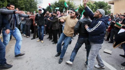 在中国大使馆外的示威者