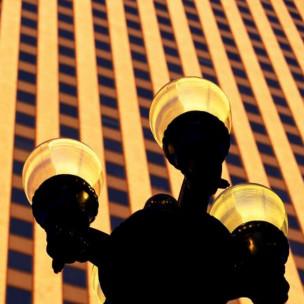 Lámpara frente a edificio de oficinas