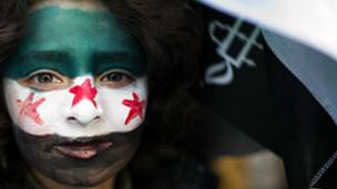 یک دختر معترض سوری