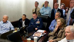Barack Obama y otros altos funcionarios del gobierno observan el operativo contra Bin Laden