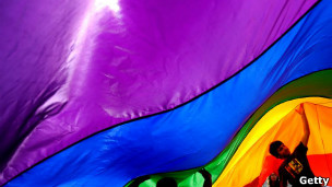 A reconhecida bandeira do movimento gay nas cores-do-arco íris (Foto: Getty)