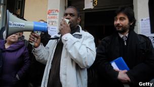 hombre con megafono protesta contra desalojos