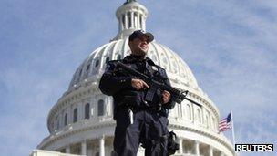 Un policía afuera del Capitolio