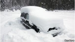 سيارة مغطاة بالثلج في اوميا