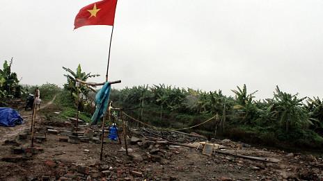 Cờ Việt Nam trên mảnh đất trống nơi trước đó là nhà của ông Vươn