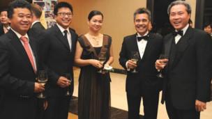 Vợ chồng ông Nguyễn Bảo Hoàng trong một buổi tiệc