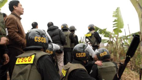 Lực lượng cưỡng chế hôm 5/1/2012