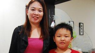 Shirley Chua y su hijo