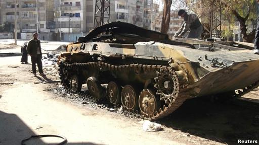 Tanque del ejército sirio abandonado en una calle de Homs.