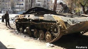 Tanque abandonado em Homs (Reuters)