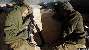 Soldados isralenses dormem depois de completar uma marcha durante a noite (Reuters)