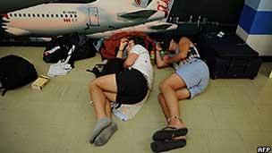 Passageiros dormem em aeroporto da Tailândia (AFP)
