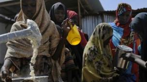 Mujeres somalíes recibiendo comida