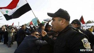 Protesta frente a reunión del grupo Amigos de Siria en Túnez