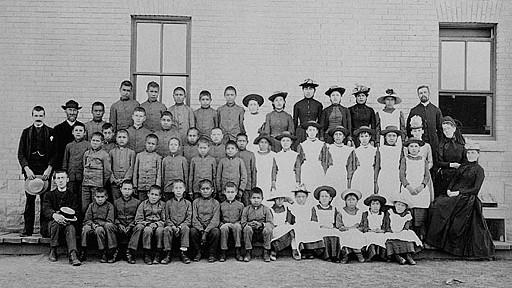 مدارس شبانه روزی برای بومیان کانادا در قرن 19 و 20