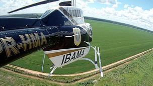 Helicóptero sobrevuela cultivos de soja