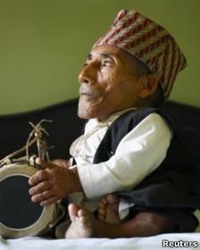 Chandra Bahadur Dangi toca instrumento tradicional nepalês
