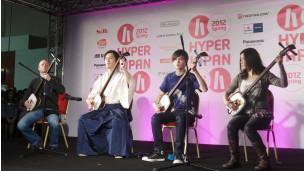 Hibiki Ichikawa先生(左二)和他在伦敦的弟子们演奏日本传统乐器三昧线