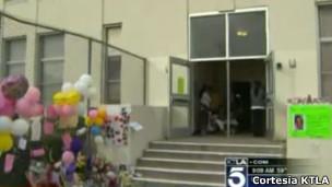 Memorial improvisado para Joanna em sua escola, na Califórnia (Foto: Cortesia da emissora KTLA)