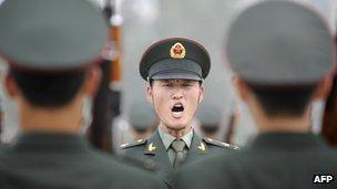 中国解放军仪仗队士兵在北京操练中(21/7/2011)