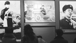 人们在雷锋纪念馆参观学习。