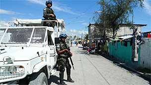Soldados da Minustah durante patrulha em Porto Príncipe, Haiti (Foto: João Fellet)