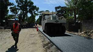 Brasileiros asfaltam rua na periferia de Porto Príncipe (Foto: João Fellet)