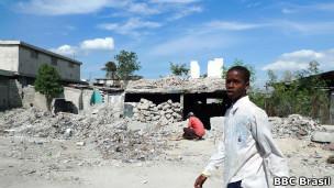 Haitianos em Porto Príncipe (BBC Brasil)