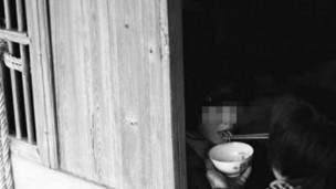25岁的智障女,每天需要母亲喂饭