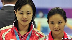 Wu Minxia e He Zi com as medalhas de ouro na Copa do Mundo em Londres, em fevereiro