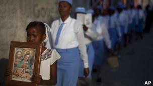 Foto de arquivo mostra missionárias em procissão em Porto Príncipe, Haiti (AP)
